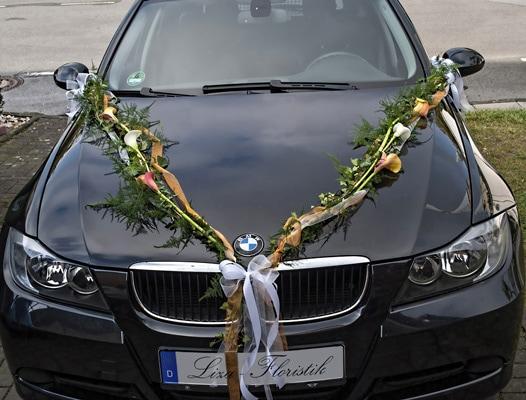 Hochzeit- Autoschmuck Girlande mit Calla auf einem BMW
