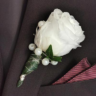 Anstecker für den Bräutigam mit gefriergetrockneter Rose