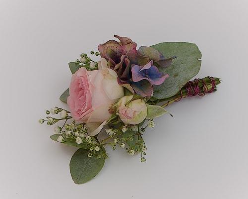 Anstecker mit Rosen, französischen Hortensien und Schleierkraut