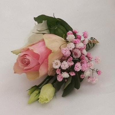 Anstecker zum Brautstrauß mit Rosen, Gerbera, Eukalyptus, Lisianthus und Schleierkraut