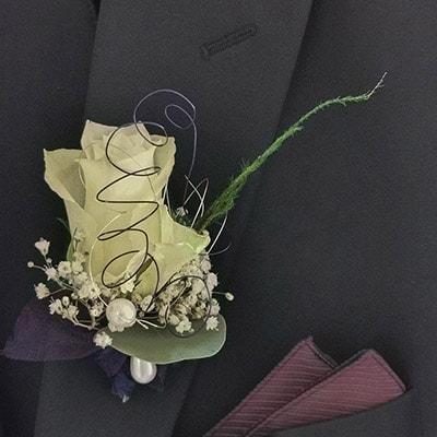 Hochzeit - Anstecker für den Bräutigam mit Rose, Schleierkraut und Perle