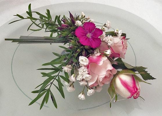 Anstecker für den Bräutigam mit Trossrose, Bartnelken und Schleierkraut