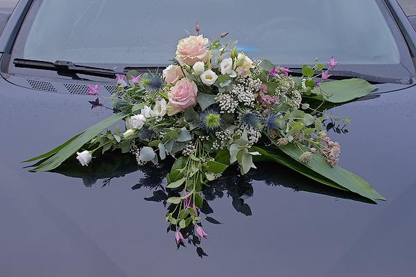 Autogesteck mit Ecuador Rosen Pink Mondial, Lisianthus, Disteln, Clematis, Astrantie und Schleierkraut