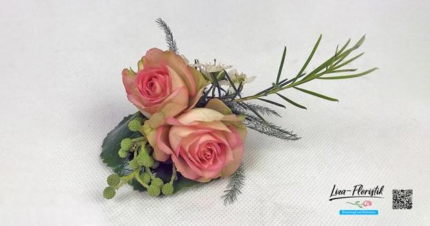 Hochzeit - Anstecker, Haarschmuck und Autodekoration. Die Details mit frischen Blumen