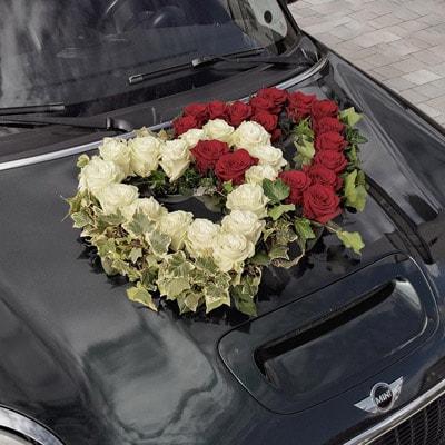 Hochzeit - Autoschmuck, doppeltes Herzgesteck mit Ecuador Rosen auf einem Mini