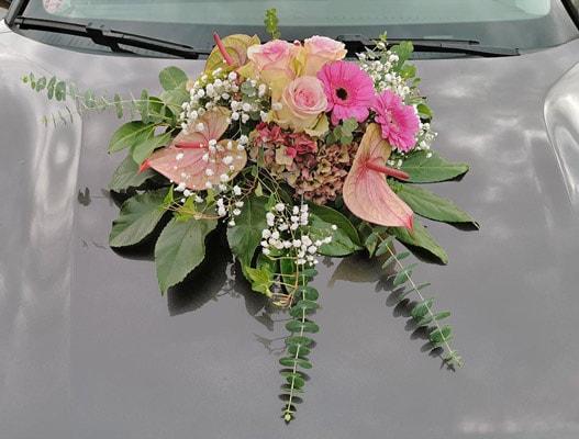 Autoschmuck, Gesteck mit Ecuador Rosen, Gerbera, Hortensien, Anthurie, Eukalyptus und Schleierkraut