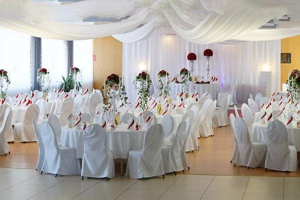Hochzeit, Saaldekoration mit roten Rosen in Gütersloh