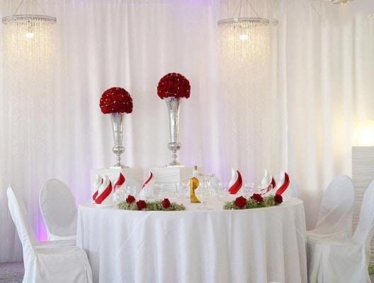 Tischdekoration mit roten Rosen