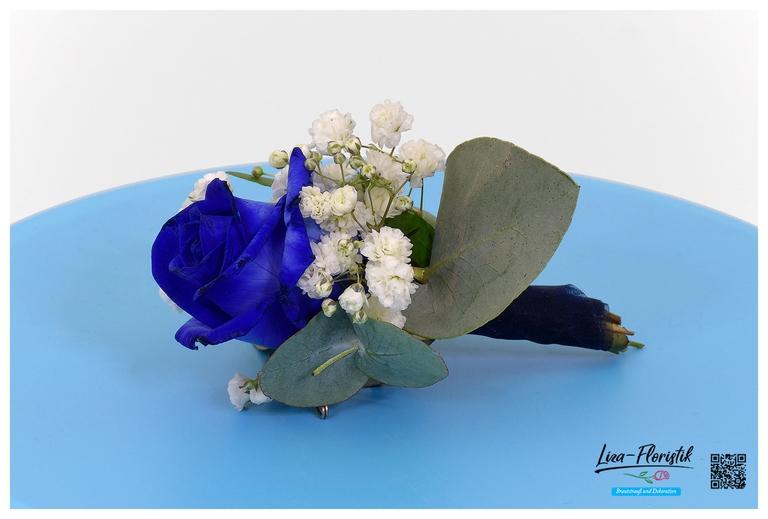 Hochzeit - Anstecker mit blauer Rose, Eukalyptus und Schleierkraut